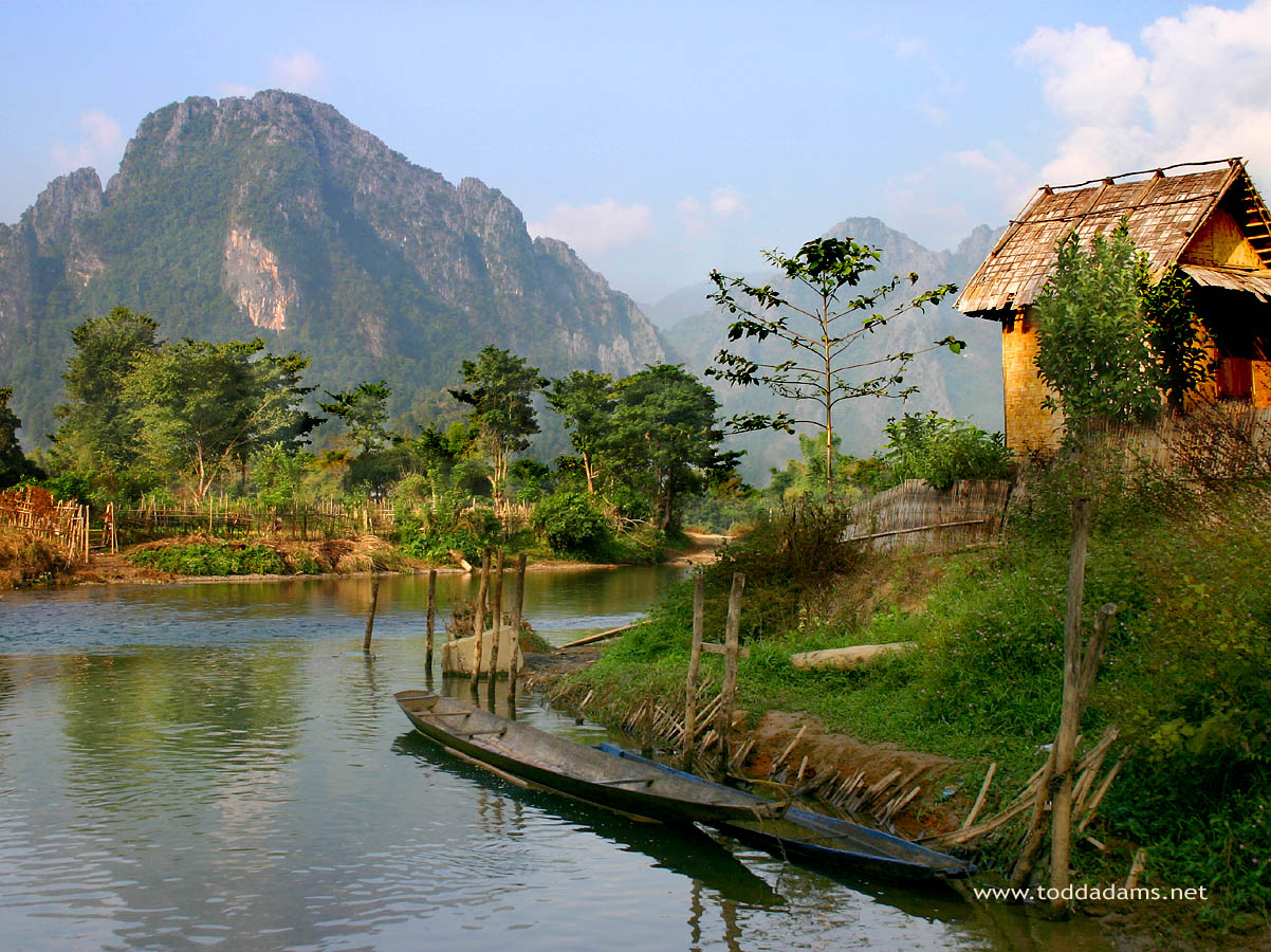 Hutte et canoes, Vang Vieng, Laos