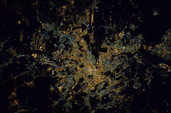 Rome, capitale de l'Italie, vue la nuit depuis l'espace